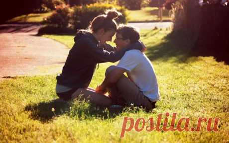 любая девушка хочет парня, который волновался бы за нее, был романтичным, но и в тоже время, был как зверь, как сказал так и будет