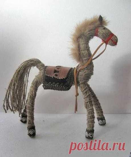 Гибкая лошадка из шпагата и проволоки