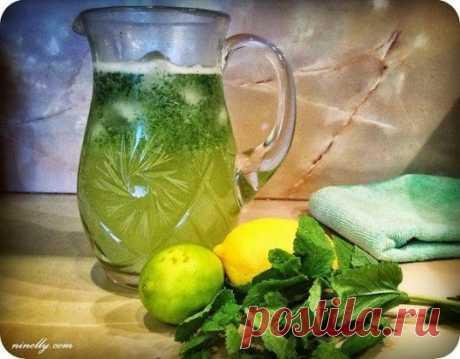 Домашний лимонад с лимоном лаймом и мятой Для приготовления 1 литра лимонада понадобиться:  1 лимон 1 спелый лайм 4-5 веточек мяты 4-5 столовых ложек сахара  1 литр воды (можно взять воду с газом, но мне больше нравится без) 5-6 кубиков льда Лимон и лайм очищаем от кожуры, кладем в блендер, разрезав на несколько кусочков, добавляем сахар и мяту и измельчаем до пюре. Затем процеживаем через крупное сито. Мне больше нравится, когда лимонад с мякотью, добавляем воду, лед и несколько листиков мяты