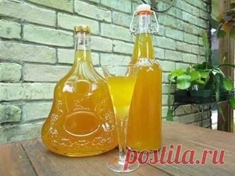 Ликер абрикосовый  2 кг абрикосов 10 ядер из абрикосовых косточек 2 кг сахара 1 л водки  Мякоть абрикосов нарезать дольками, засыпать сахаром и оставить на 4-5 часов, затем проварить в течение 30 минут. Полученную смесь процедить. Ядра косточек измельчить. В стеклянную емкость влить абрикосовый сироп, спирт, добавить абрикосовые ядра, закрыть емкость крышкой, настаивать 3 месяца. После этого ликер процедить, разлить по бутылкам и закупорить. Можно подкрасить ликер жженым сахаром.