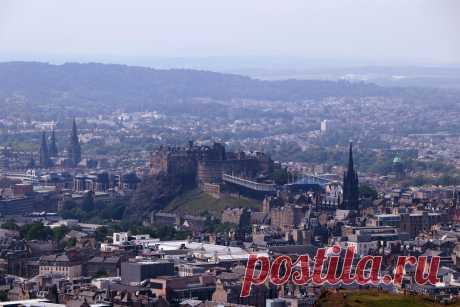 Эдинбург является столицей Шотландии на протяжении более чем 500 лет. Его можно назвать «сердцем» гордой державы и, несомненно, красивейшим городом региона. Город состоит из средневекового Старого города и элегантного Нового города с садами и зданиями в неоклассическом стиле. Над городом возвышается Эдинбургский замок, где хранятся королевские драгоценности Шотландии и Скунский камень (Камень судьбы), на котором короновались правители страны.