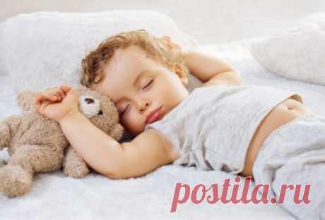 СЧИТАЛКА-ЗАСЫПАЛКА РАЗ – пора ложиться спать, И игрушки убирать. ДВА – не надо нам лениться, Перед сном водой умыться. ТРИ – не ныть, а раздеваться. На ЧЕТЫРЕ – постараться Аккуратно, не спешить! Вещи рядышком сложить. Ну, конечно же, на ПЯТЬ Нужно быстро лечь в кровать. И приятно будет очень Всем сказать: «Спокойной ночи!» ШЕСТЬ – на правый лечь бочок, Не крутиться, как волчок! СЕМЬ – закрыть покрепче глазки. ВОСЕМЬ – ДЕВЯТЬ – слушать сказки, Но глазами не моргать. А на…