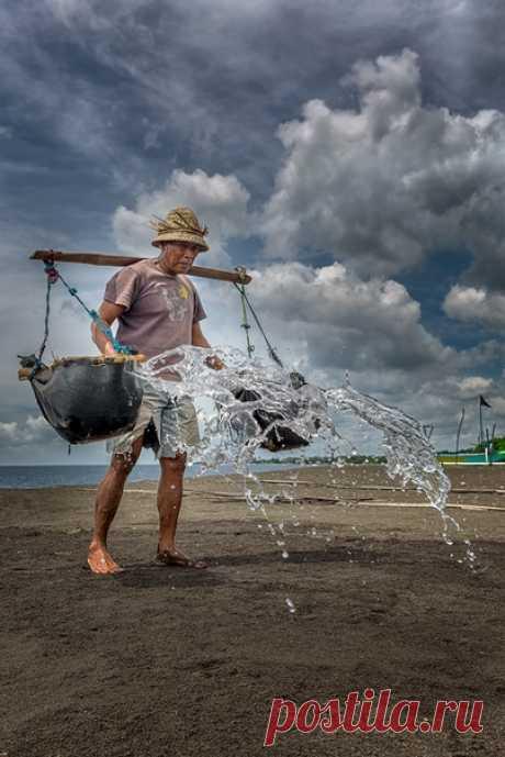 «В восточной части острова Бали, есть интересное место - Кусамба. Здесь добывают соль традиционным способом. Воду черпают в океане, затем выливают в желоба, сделанные из ствола кокосовой пальмы, оставляют выпариваться на солнце до появления красивых белых кристаллов соли». Автор снимка – Алекс, nat-geo.ru/photo/user/46029