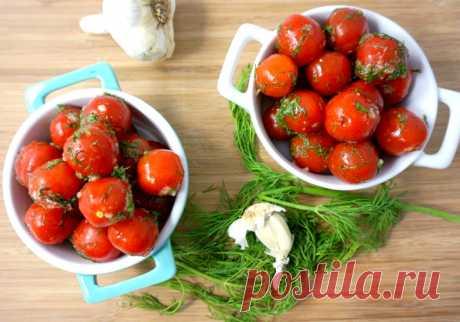 Малосольные помидоры с чесноком и зеленью быстрого приготовления Малосольные помидоры это просто! Сегодня поделюсь с вами очень ценными рецептами быстрого приготовления с чесночком и ароматной зеленушкой, из своей копилки