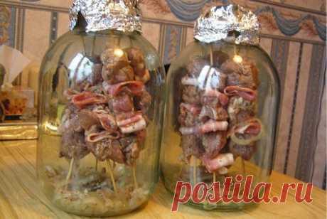 Необыкновенный рецепт шашлыка без мангала, без углей, без выезда на природу   Ингредиенты для шашлыка в банке.  - свинина (антрекот) — 1 кг - бекон — 250 г - лук репчатый — 2-3 шт. - сок ½ лимона - вода — 100 мл - соль - перец - кориандр - приправы для шашлыка   Спо…