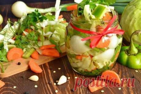 Салаты на зиму – 7 простых рецептов заготовок Нарядные салаты из домашних аппетитных овощей позволяют сохранить свежесть вкуса и витамины в компонентах на всю зиму. Сочные салаты эффектно смотрятся на столе, их легко подать как перекус или гарнировать овощной массой мясные или рыбные блюда.