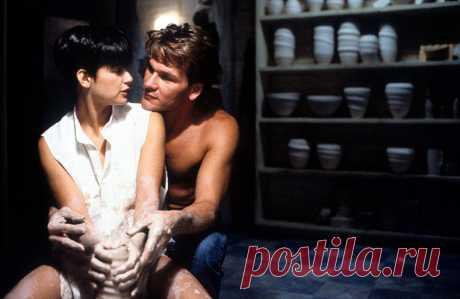 Привидение фильм (Ghost, 1990) Влюблённая парочка, Сэм и Молли, возвращается домой после приятного вечера, когда на них нападает грабитель. Защищаясь, Сэм погибает и становится призраком. Он узнаёт, что его смерть не была случайной, а над его возлюбленной нависла смертельная опасность. Чтобы предупредить Молли, Сэм начинает обход практикующих медиумов и, о чудо! - находит женщину, которая действительно может его слышать. Только вот сама она не горит желанием помогать назойливому привидению…