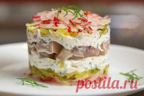 Слоеный салат с сельдью. Простой, но вкусный  Сочетание ингредиентов идеально дополняют друг друга и салат получается вкусным и красивым.