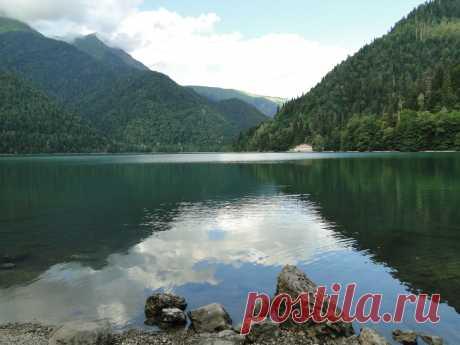 Высоко в горах Агепста(3263 м), Ацетук(2542 м) и Пшегишха(2222 м) на высоте 926 метров над уровнем моря родилось дивное горное озеро Рицца.