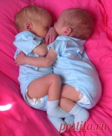 По-настоящему могут любить только дети. Они любят искренне, всем своим крошечным сердечком, не зная, что такое ложь и предательство! 💙