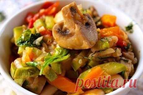Овощное рагу с шампиньонами  Итого на 100 грамм 25.1 ккал Б/Ж/У 2.1 / 0.4 / 3.7    Ингредиенты:  Помидоры 4 шт.  Перец болгарский 2 шт.  Шампиньоны свежие 300 г Цуккини 1 шт  1 луковица  1 морковь Вареная фасоль 100 г Базилик (свежий) 1 пучок  Зелень по вкусу Соль (и перец) по вкусу    Приготовление:  Шампиньоны и лук очистите, нарежьте. Помидоры и перец нарежьте дольками. В большой сковороде разогрейте немного воды, чуть притушите лук, затем добавьте грибы и помидоры и пе...