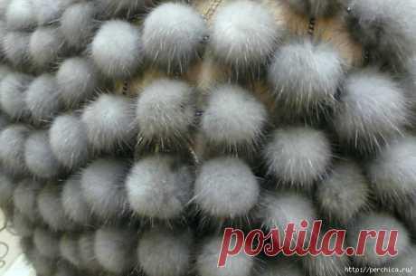 МК по созданию шарфа из меховых шариков на сетке