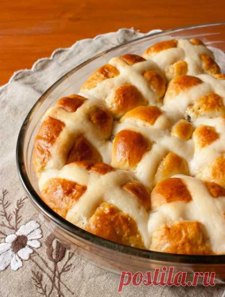 Пасхальные булочки на Вкусном Блоге Эти булочки в английском языке называются hot cross buns. Они пекутся и едятся в Великобритании, США и других странах в Страстную пятницу (Good Friday). Это сладкие сдобные булочки с сухофруктами (традиционно с изюмом и/или сушеной смородиной), цитрусовой цедрой и специями, а также с крестиками, нарисованными на булках пастой из теста.…