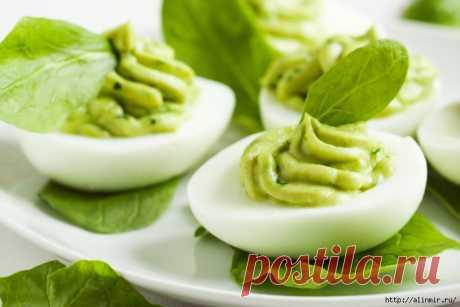Нежные фаршированные яйца с начинкой из авокадо