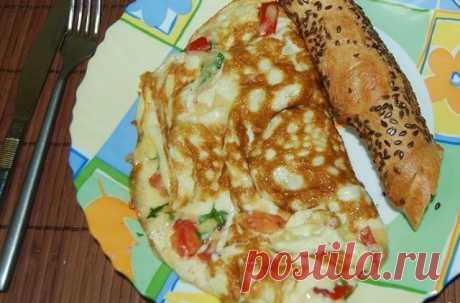 Омлет по-турецки готовится так: взбейте яйца, молоко, соль и перец в однородную массу и вылейте её на разогретую сковороду. Когда омлет немного схватится,