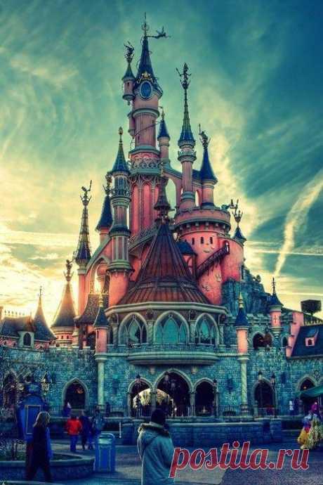 Парижский Диснейленд – это самая посещаемая достопримечательность не только Парижа и Франции, но и всей Европы. По статистике, например, тех, кто с экскурсией едет на Эйфелеву башню в Париже или в Сикстинскую Капеллу в Ватикане, гораздо меньше, чем посетителей Диснейленда. Париж, Франция