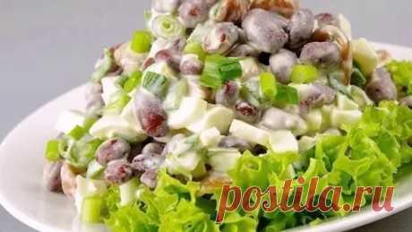 Салат с фасолью, маринованными грибами и яйцами
