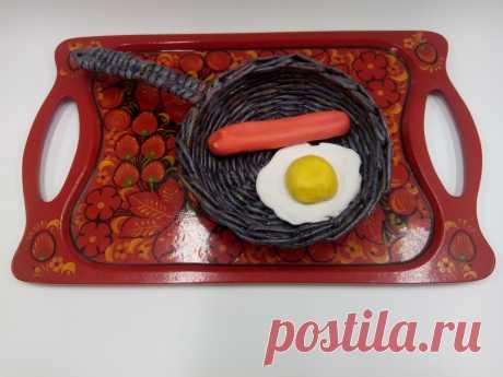 Сковорода из газетных трубочек с сосиской и яичницей из солёного теста