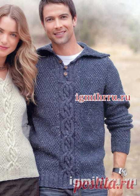 Мужской джинсовый пуловер с переплетениями и отложным воротником. Вязание спицами для мужчин