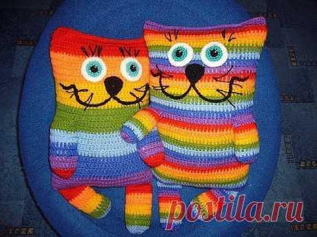 Подушки-коты.