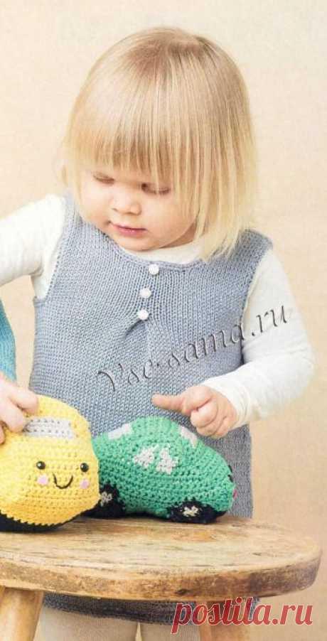 El vestido gris con karmashkami - los vestidos Infantiles, los sarafanes por los rayos