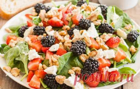 Зеленый салат с ягодами и сыром