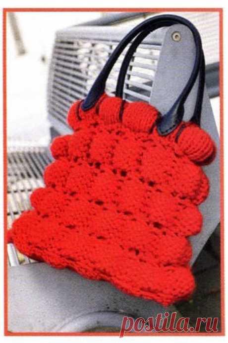 Вязаная красная сумка Вязаная красная сумка В статье представлены подробное текстовое описание вязания спицами данной модели и схема узора.