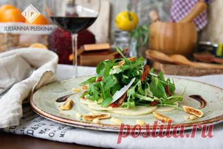 Зеленый салат с грушей и вялеными томатами