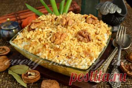 Салат «Ананас» с курицей и грецкими орехами.
