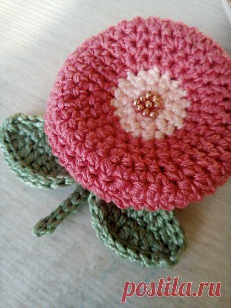 """Брошь """"Японский цветок"""".Связана из хлопка цвета само. Размер 5 см. Актуальное стильное украшение."""