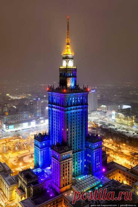 Los tintes brillantes de Varsovia de noche, Polonia