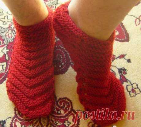 Симпатичные носки спицами Эти носки спицами вяжутся ровным полотном и сворачиваются в трубу. Автор: tricotandocomselma  Размер: 36-37 (38-39) Материалы: 40 г. пряжи средней толщины, спицы 4.0 мм. Как вязать носки спицами: набрать 36 (44) петли. Вязать: 1-й ряд: 1 лиц.