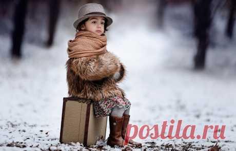 Зима свой багаж в феврале собрала:  Метели, сугробы, пургу паковала.  Последним впихнула промозглый туман,  И к марту был сложен большой чемодан.  На север старушка катила без спешки:  Зевала и щелкала льдинки-орешки,  Чуть-чуть почитала, немного вздремнула,  Зачем-то потом в чемодан заглянула.  - Постойте! Забыла! Ужасный склероз!  Оставила в марте свой лучший мороз!  Пора, очевидно, к врачу собираться.  Обидно! Придется теперь возвращаться! Елена Ярышевская
