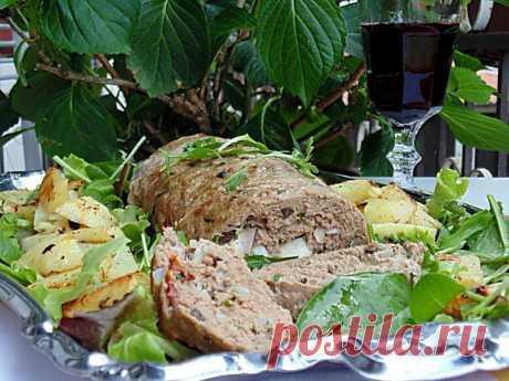 Мясной рулет по-средиземноморски | Foodbook.su Сочный рулет из фарша с вялеными помидорами, оливками и тягучей моцареллой.