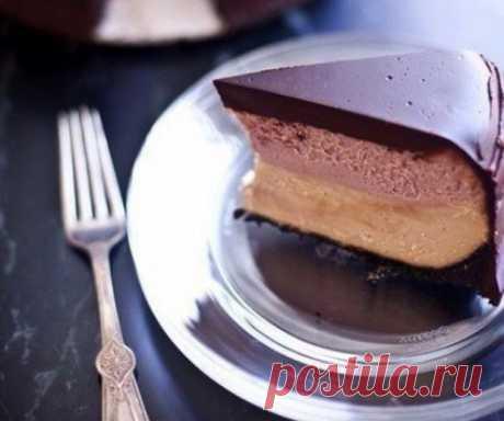 Двухслойный чизкейк с желе в шоколадной глазури.