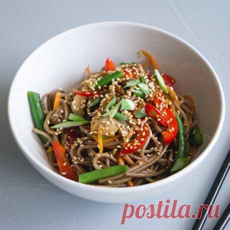 Гречневая лапша с овощами — это фантастическое блюдо! Оно сытное, лёгкое в приготовлении и по праву считается постным. Порадуйте им своих родных и друзей!