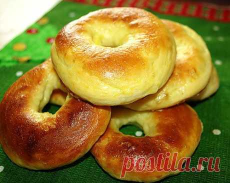 Bageli. Bagel - traditional Jewish bread a ringlet with a golden crisp, it has quite dense structure and is sometimes sated with seeds of sesame, poppy, onions or garlic.