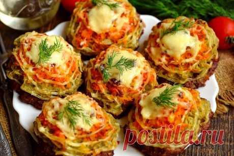 Вместо котлет на праздничный стол Вместо котлет на праздничный стол готовим мясные лепешки, дополненные овощами. Они получаются намного вкусней, насыщенней и сочней обычных котлеты, также блюдо выходит более аппетитным. В качестве овощей используем тертый картофель, а также пассерованную морковно-луковую смесь. Котлеты запекаем в духовке под сырной корочкой. Блюдо подается на стол порционно, можно с гарниром, или без него.