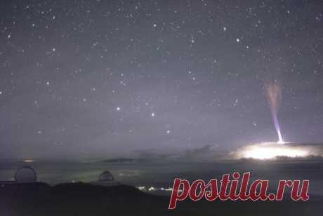 Молния-джет – редкое и очень зрелищное явление. Огромные синие молнии, взлетающие вверх из облаков, удалось поймать в объективы камер гавайской обсерватории – посмотрите, как это мощно!