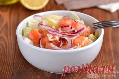 Хрустящий овощной салат с Айсбергом.  Готовим потрясающе вкусный и хрустящий салат из простых овощей и листьев салата Айсберг. Отличным дополнением к нему будет заправка из нерафинированного подсолнечного масла и лимонного сока. Для остроты добавим молотый черный перец.