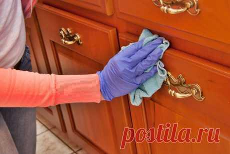 Глицерин — это одно из немногих средств, которое может продлить эффект от генеральной уборки, сохранив квартиру в чистоте и порядке намного дольше. При этом его цена в любой аптеке доступна любому желающему. Густая маслянистая жидкость не имеет запаха и цвета. Покрывая все предметы мебели тонким защитным слоем, она препятствует скоплению пыли и грязи на предметах интерьера. Такой способ уборки широко используют в отелях, ресторанах и музеях.
