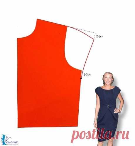 СПУЩЕННОЕ ПЛЕЧИКО   Выкройки блузок и платьев со спущенным рукавом – одни из самых любимых не только у начинающих портних, но и у опытных мастериц. Мне больше нравятся прикрытые плечи, чем оголенные.  Крой одежды с удлиненной линией плеча называется спущенным плечом или спущенным рукавом. Отличительной чертой этого кроя является линия проймы, верхняя часть которой понижается вместе с линией плеча.  Простой приём, но у новичков часто возникает вопрос, а как построить такой ...