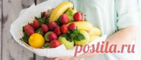 Фруктовый букет своими руками можно сделать в домашних условиях, придерживаясь инструкций пошаговых мастер-классов. Он станет оригинальным подарком к любому празднику. Кроме того, из фруктов и овощей можно смастерить необычные и вкусные корзинки, которые порадуют каждого.