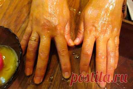 Мазь, которая убирает морщины, пигментные пятна и трещины на руках Моя мама готовит мазь, которая отлично помогает избавиться от трещин и пигментных пятен на руках с омолаживающим эффектом. Сначала растворяет в 1 л теплой воды 2 ст.л. соли и держит в этом растворе руки 10 минут. Затем, не смывая его, промакивает ладони и смазывает их мазью (1 яичный желток + 1