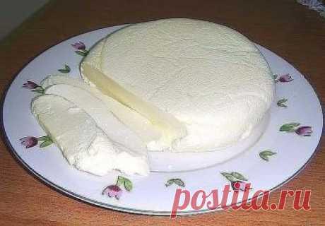 Вкусная домашняя брынза - Эфария Очень быстрый и легкий способ приготовления вкусной домашней брынзы. Состав: -молоко -соль -яйца -сметана -кефир Закипятить 2 литра молока с 2 столовыми ложками соли. В молоко влить взбитые 6 яиц с 400 грамм сметаны, 200 гр. кефира. Не уменьшая огня варить минут 5, постоянно мешая венчиком. Доводим до кипения. Молоко сворачивается и отделяется сыворотка. Выливаем