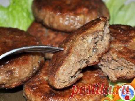 ПЕЧЁНОЧНО-КАРТОФЕЛЬНЫЕ КОТЛЕТЫ  Ингредиенты 500-600 г отварного картофеля 300 г печени – телячьей, говяжьей, свиной 1 луковица (70-80 г) 3-4 ст. ложки белых панировочных сухарей 2 дольки чеснока 1 яйцо 5-6 ст. ложек муки соль, перец 3-4 ст. ложки растительного масла Способ приготовления Картофель (вареный в мундире или без него) мелко натираем. Добавляем печенку, пропущенную через мясорубку вместе с луком, измельченный чеснок, панировочные сухари. Вбиваем яйцо, приправляем солью, перцем и тщат