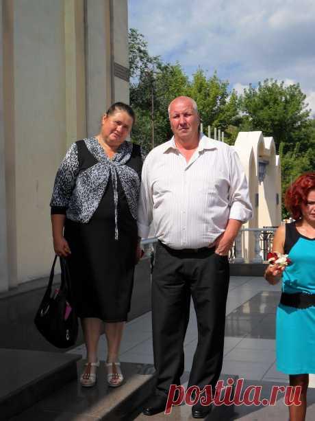 Мои родители у Дворца Бракосочетаний