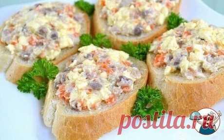 Закуска из селедки и плавленого сыра  Ингредиенты:  200 г филе селедки (или 1 целая селедка)  200 г плавленого сыра (2 плавленых сырка)  50 г моркови  50 г сливочного масла  Приготовление:  Очень вкусная закуска, которую можно подавать на ломтиках хлеба, или на пластинках отварного картофеля.  Вместо 200 г готового филе можно использовать 1 целую селедку (о том, как разделывать селедку можно почитать в рецепте Селедка под шубой).  Приготовление:  Сырки положить на 20 минут...