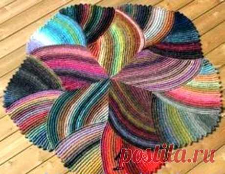 Коврик из остатков пряжи Этот стильный коврик можно связать не только из накопившихся остатков пряжи, но и из ниток полученных от распуская старого, (ненужного) трикотажа. Коврик состоит из частей, и начинать вязать можно …