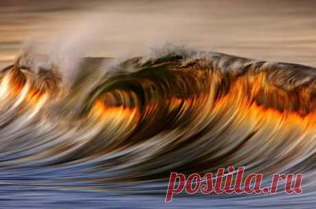 За этим снимком стоит талантливый калифорнийский фотограф Дэвид Ориас. Для того, чтобы добиться эффекта живописи, он использует длинную выдержку и телеобъектив. «В Южной Калифорнии солнечный свет приобретает особый оттенок, особенно это можно ощутить, взглянув на прибрежные волны. Я просто выбрал удачный момент и сделал снимок, который похож на прекрасную картину».